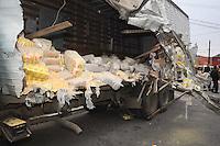 SAO PAULO, SP, 27/06/2012, ACIDENTE AV. EDUARDO COATHING.  Um acidente entre um caminhao e um micro onibus na Av Dr. Eduardo Coathing altura do numero 1.500, deixou sete pessoas feridas na manha de hoje (27). Luiz Guarnieri/ Brazil Photo Press.