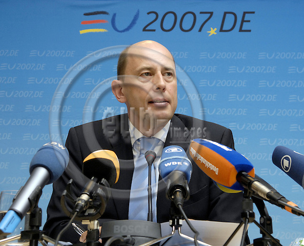 Brussels-Belgium - 07 May 2007---Wolfgang TIEFENSEE, Federal Minister for Transport, Building and Urban Development of Germany, addressing the press---Photo: Horst Wagner/eup-images