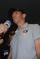 SAO PAULO, SP, 15 MARCO 2013 -  Lucio no desembarquer da equipe do  Sao Paulo após partida contra o Arsenal da Argentina valida pela taca Libertadores da America, no aeroporto de Cumbica , em Guarulhos. nesta sexta feira 15. (FOTO: ALAN MORICI / BRAZIL PHOTO PRESS).