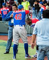 David Vidal baña a Anthony Garcia de los Criollos de Caguas de Puerto Rico, luego de derrotar 6 carreras por 5 a los Caribes de Anzoátegui de Venezuela, durante la Serie del Caribe en estadio Panamericano en Guadalajara, México, Miércoles 7 feb 2018.  (Foto: AP/Luis Gutierrez)
