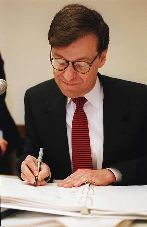 01/21/98.COST OF HIGHER EDUCATION REPORT--Dr. William E. Troutt, chairperson of the National Commission on the Cost of Higher Education, signs the Commission's report at the conclusion of the meeting..CONGRESSIONAL QUARTERLY PHOTO BY SCOTT J. FERRELL