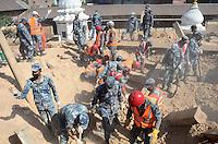 KATHMANDU, NEPAL, 06.05.2015 - NEPAL-TERREMOTO - Trabalho de limpeza dos escombros na cidade de Kathmandu, no Nepal, nesta quarta- feira, 06. A cidade foi atingida por um forte terremoto na semana passada, deixando mais de sete mil mortos e dezessete mil feridos. (Prabhat Kumar Verma/Brazil Photo Press)