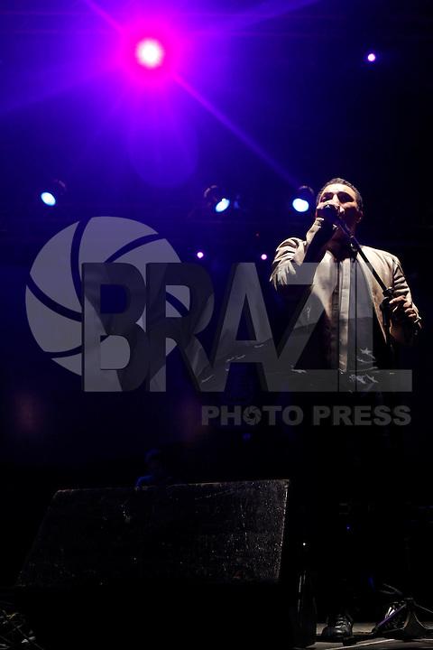 SAO PAULO, SP 18 DE MAIO 2013 - VIRADA CULTURAL 2013 - A Virada  Cultural acontece nos dias 18 e 19 de maio em toda a cidade de São Paulo. O cantor Leandro Lehart durante apresentação no Palco da Praça da República. FOTO: PAULO FISCHER/BRAZIL PHOTO PRESS