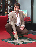 (121108) -- LOS ANGELES, noviembre 8, 2012 (KDNPIX.COM) -- El actor Javier Bardem, posa con su estrella en el Paseo de la Fama de Hollywood, en Los Angeles, California, Estados Unidos de Am®¶rica, el 8 de noviembre de 2012. (KDNPIX.COM/Lisa O'Connor/NortePhoto)