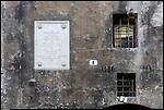 Lapide dedicata al poeta Norberto Rosa nel centro storico di Susa