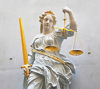Groningen. Beeld van Vrouwe Justitia in de rechtbank van Groningen. Let op Fotobewerking : groef tussen twee betonplaten is mbv Photoshop verwijderd