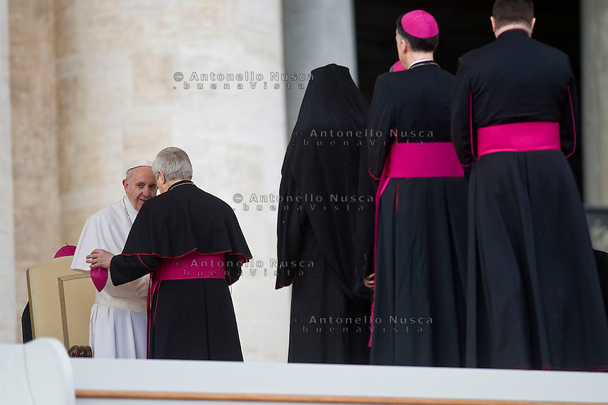Vatican City, Vatican, March 16, 2016. Papa Francesco parla con un vescovo al termine dell'udienza generale in Piazza San Pietro. Pope Francis talking to a bishop at the end of his weekly general audience in St.Peter's Square, at the Vatican.