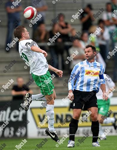 2008-08-09 / Voetbal / Verbroedering Geel-Meerhout - KVSK United / Mirek Waligora (r) kijkt toe hoe Toon Lenaerts van KVSK de bal weg kopt...Foto: Maarten Straetemans (SMB)