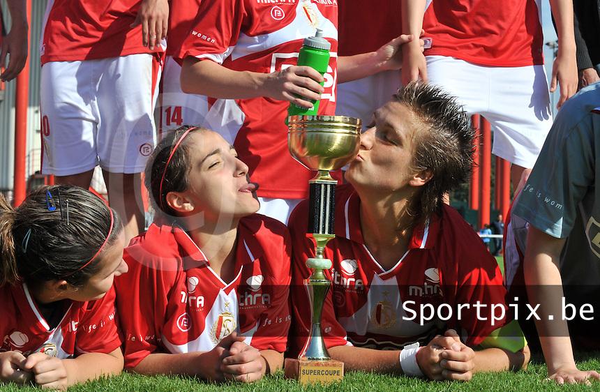 Supercup seizoen 2011 - 2012 ; Kampioen Standard Femina tegen Bekerwinnaar Waasland Beveren Sinaai Girls : coutereels en licata kussen de supercup.foto DAVID CATRY / Vrouwenteam.be