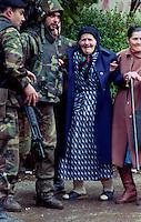 Sarajevo / Bosnia 1996.SOLDATI DEL CONTINGENTE DI PACE ITALIANO INQUADRATI NELLA MISSIONE IFOR. NELLA FOTO, SOLDATI ITALIANI SOCCORRONO ALCUNI CIVILI IN FUGA DAGLI ULTIMI COMBATTIMENTI NEL QUARTIERE SERBO DI GRBAVICA..Foto Livio Senigalliesi..Sarajevo / BIH 1996.ITALIAN PEACE FORCES (IFOR MISSION) HELPING SOME CIVILIANS DURING THE LAST FIGHTINGS IN THE SERB DISTRICT OF GRBAVICA..Photo Livio Senigalliesi