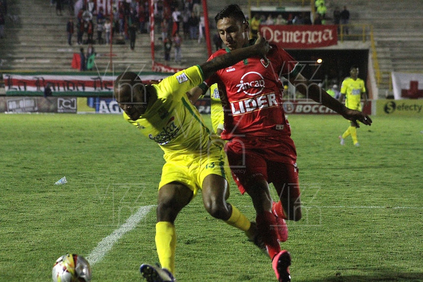 TUNJA - COLOMBIA -06-02-2016: Mauricio Gomez (Izq.) jugador de Patriotas FC, disputa el balón con Jaime Castrillon (Der.) jugador de Atletico Bucaramnga, durante  partido Patriotas FC y Atletico Bucaramnga, por la fecha 2 de la Liga de Aguila I 2016 en el estadio La Independencia en la ciudad de Tunja / Mauricio Gomez (L) of Patriotas FC, figths the ball with con Jaime Castrillon (R) player of Atletico Bucaramnga, during a match Patriotas FC and Atletico Bucaramnga, for date 2 of the Liga de Aguila I 2012 at La Independencia stadium in Tunja city. Photo: VizzorImage  /  Cesar Melgarejo / Cont.
