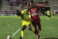 TUNJA - COLOMBIA -06-02-2016: Mauricio Gomez (Izq.) jugador de Patriotas FC, disputa el balón con Jaime Castrillon (Der.) jugador de Atletico Bucaramnga, durante  partido Patriotas FC y Atletico Bucaramnga, por la fecha 2 de la Liga de Aguila I 2016 en el estadio La Independencia en la ciudad de Tunja / Mauricio Gomez (L) of Patriotas FC, figths the ball with con Jaime Castrillon (R) player of Atletico Bucaramnga, during a match Patriotas FC and Atletico Bucaramnga, for date 2 of the Liga de Aguila I 2012 at La Independencia stadium in Tunja city. Photo: VizzorImage  /  Cesar Melgarejo / Cont.