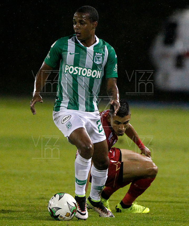 RIONEGRO- COLOMBIA, 21-04-2019: Daniel Muñoz de Rionegro Águilas Doradas y Jeison Lucumí de Atlético Nacional, disputan el balón durante partido de la fecha 17 entre Rionegro Águilas Doradas y Atlético Nacional, por la Liga Águila I 2019, jugado en el estadio Alberto Giraldo de la ciudad de Rionegro. / Daniel Muñoz of Rionegro Aguilas Doradas and Jeison Lucumí of Atletico Nacional figth for the ball, during a match of the 17th date between Rionegro Aguilas Doradas and Atletico Nacional for the Aguila League I 2019, played at Alberto Giraldo stadium in Rionegro city. Photo: VizzorImage / León Rodríguez / Cont.