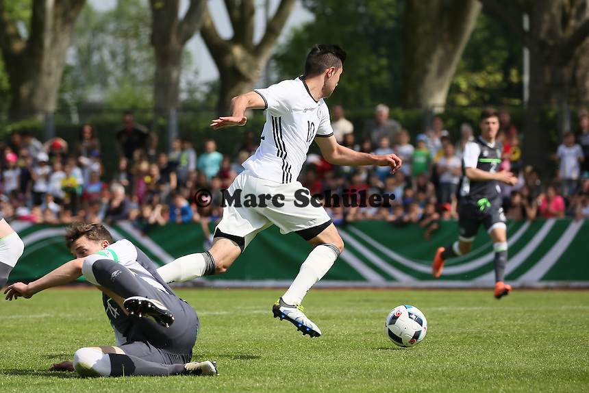 Beyhan Ametov (D) setzt sich durch und bereitet das 1:0 vor - Deutschland vs. Irland, U18-Freundschaftsspiel, Stadion am Sommerdamm, Rüsselsheim