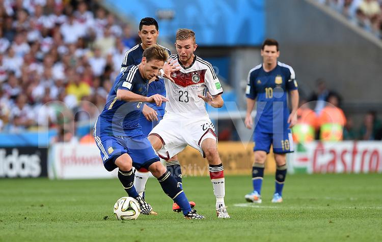 FUSSBALL WM 2014                FINALE Deutschland - Argentinien     13.07.2014 Lucas Biglia (li, Argentinien) gegen Christoph Kramer (re, Deutschland)