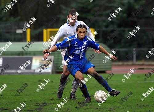 KV Turnhout - RRC Péruwelz: Abdul Arouna van Turnhout met Jerome Leblois van Peruwelz in de rug
