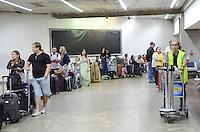 SAO PAULO, 28 DE MARCO DE 2013 - MOVIMENTACAO AEROPORTO GUARULHOS - Movimentação de passageiros no aeroporto de Guarulhos, na manha desta quinta feira, 28, vespera de feriado de Pascoa. (FOTO: ALEXANDRE MOREIRA / BRAZIL PHOTO PRESS)