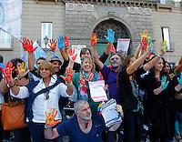 Le mostre mani sporche solo di pittura  per un Flashmob  a sostegno  Luigi de Magistris sindaco  di Napoli sospeso dopo la condanna nel processo WHY NOT