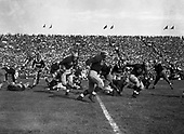 Tom Harmon around end vs Michigan State, 1940