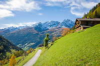 Oesterreich, Kaernten, Moelltal bei Doellach: Bergbauernhof vor den schneebedeckten Gipfeln der Schobergruppe (Hohe Tauern) | Austria, Carinthia, Valley Moelltal near Doellach: mountain farmhouse and snowcapped summits of Schober Group mountains, part of Hohe Tauern mountains