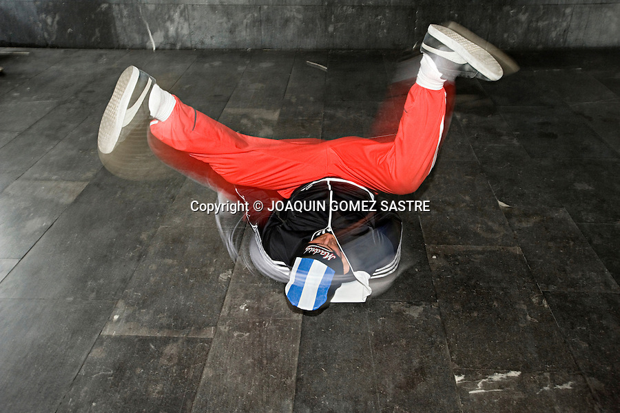 SANTANDER 2010.Un grupo de jovenes bailan Breakdance  en los bajos del palacio de Exposiciones en Santander.Se llaman LA SANTA CREW  y todos los dias entrenan de 3 a 4 horas  .foto © JOAQUIN GOMEZ SASTRE