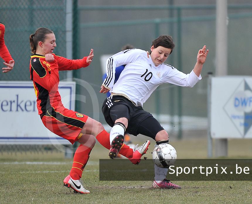 Belgie U17 - Duitsland U17 : Jasmin Sehan in duel met Jody Vangheluwe (links).foto DAVID CATRY / Vrouwenteam.be