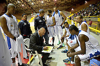 BOGOTÁ -COLOMBIA. 21-03-2014. Yesid Riveros (Der) entrenador de Guerreros de Bogotá da instrucciones durante partido contra Cóndores de Cundinamarca por la fecha 1 de la Liga DirecTV de Baloncesto 2014-I de Colombia realizado en el coliseo El Salitre de Bogotá./ Yesid Riveros (R) coach of Guerreros de Bogota gives directios during match against Condores de Cundinamarca for the first date of the DirecTV Basketball League 2014-I in Colombia at El Salitre coliseum in Bogota. Photo: VizzorImage/ Gabriel Aponte / Staff