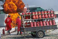- APT, accident-prevention and antifire school for personnel employed in dangerous jobs, extinction of a fire with extinguisher ....- APT, scuola antincendi ed antinfortunistica per personale addetto a lavori pericolosi, spegnimento di un incendio con estintore