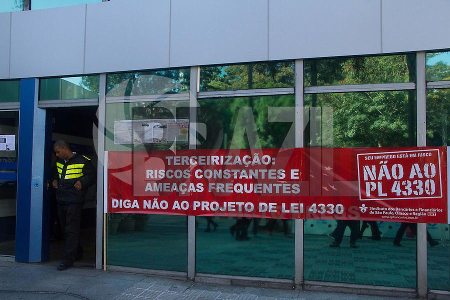 SAO PAULO 04 DE JULHO DE 2013 - Funcionários das agencias Bancarias fazem paralização contra os serviços terceirizados na manhã desta quarta-feira (04) na Av. Paulista. Os clientes dos vbancos estão tendo acesso apenas aos caixa eletronicos das agencias. (Foto: Amauri Nehn/Brazil Photo Press)
