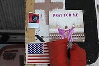 bandiera americana e scritta prega per me , pray for me, su facciata di casa