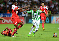 MEDELLIN - COLOMBIA -14-12-2014: Juan Valencia (Der.) jugador de Atletico Nacional disputa el balón con Dayron Mosquera (Izq.) jugador Independiente Santa Fe durante partido entre Atletico Nacional e Independiente Santa Fe por fecha 6 de los cuadrangulares semifinales de la de la Liga Postobon II 2014, jugado en el estadio Atanasio Girardot de la ciudad de Medellin.   / Juan Valencia (R), player of Atletico Nacional fights for the ball with Dayron Mosquera (L) player of Independiente Santa Fe during a match for the between Atletico Nacional and Independiente Santa Fe for the date 6 of the quadrangular semifinals of the Liga Postobon II 2014 at the Atanasio Girardot stadium in Medellin city. Photo: VizzorImage. / Luis Rios / Str.