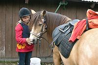 Wanderritt mit Pony in Nord-Norwegen, Skandinavien, Mädchen mit ihrem Pony, Wander-Ausritt, Ausritt, Reiten