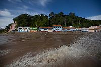 """Estreito de Óbidos,  onde o rio amazonas é mais estreito e mais profundo. O ponto exato é nesta curva, onde terminam as casas. A largura média do rio Amazonas é de aproximadamente 5 quilômetros. Em alguns lugares, de uma margem é impossível ver a margem oposta, por causa da curvatura da superfície terrestre. No ponto onde o rio mais se contrai – o chamado """"Estreito de Óbidos"""" – a largura diminui para 1,5 quilômetro e a profundidade chega a 100 metros."""