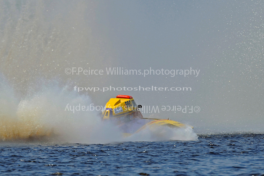 Gordon Oakley, E-990 arrives at the first turn only to find a wall of water. (5 Litre class hydroplane(s)