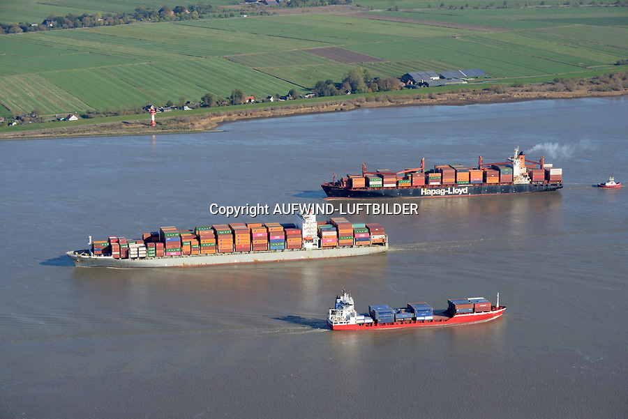 Containerschiffe auf der Elbe: EUROPA, DEUTSCHLAND, HAMBURG 29.10.2019  Containerschiffe Washington Express und Bilbao Bridge sowie ein Feeder Schiff  auf der Elbe