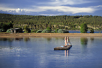 Sweden, Province Dalarna, Saerna: two Swedish boys rafting | Schweden, Provinz Dalarna, Saerna: zwei schwedische Jungen auf einem Floss