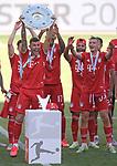 27.06.2020, Fussball: nph00001 1. Bundesliga 2019/2020, 34. Spieltag, VfL Wolfsburg - FC Bayern Muenchen, in der Volkswagen-Arena Wolfsburg. Siegerehrung nach dem Spiel: Der FC Bayern MŸnchen feiert den Gewinn der 30. Deutschen Meisterschaft. Lucas Hernandez (mi., Bayern MŸnchen) mit der Schale<br /><br />Foto: Bernd Feil/M.i.S./ /Pool/nordphoto<br /><br />Nur fŸr journalistische Zwecke! Only for editorial use! <br /><br />GemŠ§ den Vorgaben der DFL Deutsche Fussball: nph00001 Liga ist es untersagt, in dem Stadion und/oder vom Spiel angefertigte Fotoaufnahmen in Form von Sequenzbildern und/oder videoŠhnlichen Fotostrecken zu verwerten bzw. verwerten zu lassen. DFL regulations prohibit any use of photographs as image sequences and/or quasi-video.    <br /><br />National and international NewsAgencies OUT.