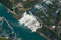 4415 / Niagara: AMERIKA, VEREINIGTE STAATEN VON AMERIKA, KANADA, NEW YORK, TORONTO (AMERICA, UNITED STATES OF AMERICA), 23.08.2006: Niagara Faelle US amerikanischer Teil. Die Niagarafaelle sind Wasserfaelle an der Grenze zwischen dem amerikanischen Bundesstaat New York und der kanadischen Provinz Toronto. Niagara Falls, wie die Faelle im Englischen heißen, ist auch der Name der beiden Staedte Niagara Falls, New York und Niagara Falls, Ontario, in deren Zentrum sich die Faelle befinden..Der den Eriesee mit dem Ontariosee verbindende Niagara River stuerzt 58 Meter in die Tiefe, wobei die Faelle durch die oben gelegene Insel Goat Island (Ziegeninsel) in zwei Teile gespalten werden. Die US-amerikanische Haelfte hat eine Kantenlaenge von 363 m, die kanadische eine von 792 m. Das Wasser des US-amerikanischen Teils faellt nach 21 m auf eine Schutthalde, die bei einem Felssturz 1954 entstand. Der kanadische Teil (Horseshoe, deutsch Hufeisen) hat eine freie Fallhöhe von 52 m. Der Wasserdurchfluss betraegt, je nach Jahreszeit, zwischen 2.832 und 5.720 m³/s, durchschnittlich 4.200 m³/s (ungefaehr das Doppelte des Rhein-Abflusses). Schiffe umfahren die Faelle durch den 12 km westlich liegenden, 43,4 km langen Welland Canal bei St. Catharines, die groessere Schwesterstadt von Niagara Falls. Grenze, Grenzfluss..