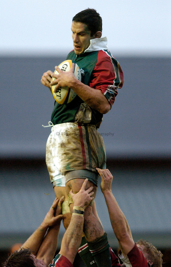 Photo: Richard Lane..Leicester Tiger v Gloucester. Powergen Cup. 18/12/2004..Will Johnson wins a lineout.