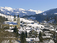 Austria, Tyrol, Wintersport resort Hopfgarten at Brixen Valley with parish church | Oesterreich, Tirol, Wintersportort Hopfgarten im Brixental mit Pfarrkirche