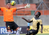 ENVIGADO- COLOMBIA -30-03-2014: Victor Soto (Izq.) jugador de Envigado FC disputa el balón con Yessy Mena (Der.) jugador Itagüi durante  partido Envigado FC y Itagüi por la fecha 13 de la Liga Postobon I 2014 en el estadio Polideportivo Sur de la ciudad de Envigado./  Victor Soto (L) player of Envigado FC fights for the ball Yessy Mena (R) player of Itagüi during a match Envigado FC and Itagüi for the date 13 th of the Liga Postobon I 2014 at the Polideportivo Sur stadium in Envigado city. Photo: VizzorImage / Luis Rios / Str.