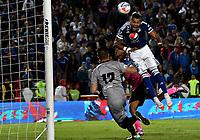 BOGOTÁ - COLOMBIA, 22-07-2018: Ayron del Valle (Der.) jugador de Millonarios disputa el balón con Sergio Avellaneda (Izq.) guardavalla de Boyacá Chicó F. C., durante partido de la fecha 1 entre Millonarios y Boyacá Chicó F. C., por la Liga Aguila II-2018, jugado en el estadio Nemesio Camacho El Campin de la ciudad de Bogota. / Ayron del Valle (R) player of Millonarios vies for the ball with Sergio Avellaneda (L) goalkeeper of Boyaca Chico F. C., during a match of the 1st date between Millonarios and Boyaca Chico F. C., for the Liga Aguila II-2018 played at the Nemesio Camacho El Campin Stadium in Bogota city, Photo: VizzorImage / Luis Ramirez / Staff.