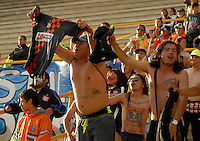 TUNJA -COLOMBIA, 12-04-2014. Seguidores de Boyacá Chicó alientan a su equipo durante partido en contra de Patriotas FC durante partido válido por la fecha 17 de la Liga Postobón I 2014 realizado en el estadio La Independencia en Tunja./ Boyaca Chico supporters encourege their team during the match against Patriotas FC for the 17th date of Postobon League I 2014 at La Independencia stadium in Tunja. Photo: VizzorImage/Jose Miguel Palencia/STR