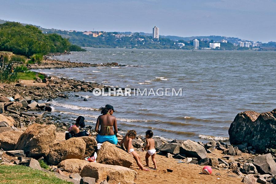 Praia do Rio Guaíba na cidade de Porto Alegre. Rio Grande do Sul. 2008. Foto de Juca Martins.