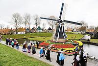 Enkhuizen.  Klederdrachtfestival in het Zuiderzeemuseum.  Optocht in klederdracht