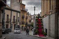 Corleone, Sicilia. Uno sposo in attesa della sua sposa nella chiesa di Corleone.<br /> Il paese che da molti &egrave; considerato come il luogo dove sia nata la Mafia, si ritrova dopo la morte di Tot&ograve; Riina, a dover far i conti con una pesante eredit&agrave;. A Corleone vivono poco pi&ugrave; di 11 mila abitanti e il comune &egrave; stato sciolto per infiltrazioni mafiose nell&rsquo;agosto del 2016.