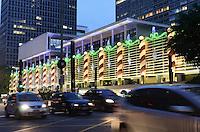 ATENCAO EDITOR: FOTO EMBARGADA PARA VEICULOS INTERNACIONAIS. SAO PAULO, SP, 05 DE DEZEMBRO DE 2012 - Coral se apresenta durante inauguracao da decoracao de natal Conjunto Nacional na Avenida Paulista, na noite desta quarta feira, 05, regiao central da capital . FOTO: ALEXANDRE MOREIRA - BRAZIL PHOTO PRESS.