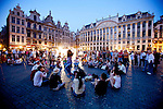 BRUSSELS - BELGIUM - 26 JUNE 2010 -- Grand Place by night, the Brussels Town Hall in the city centre. PHOTO: ERIK LUNTANG / EUP-Images -- En studine danker for andre studenter og turister på Grand Place i Bruxelles en loerdag aften. PHOTO: ERIK LUNTANG / EUP-Images