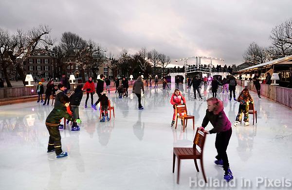 Nederland - Amsterdam - januari 2018. Bij gebrek aan natuurijs wordt er geschaatst op de ijsbaan op het Museumplein. Op de achtergrond een replica van de Magere Brug.  Foto Berlinda van Dam / Hollandse Hoogte
