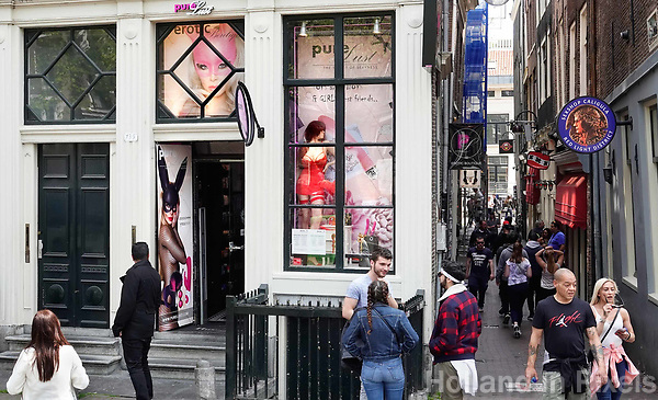 Nederland - Amsterdam - 2019.  De Wallen. Sexshops op de Oudezijds Voorburgwal.   Foto Berlinda van Dam / Hollandse Hoogte